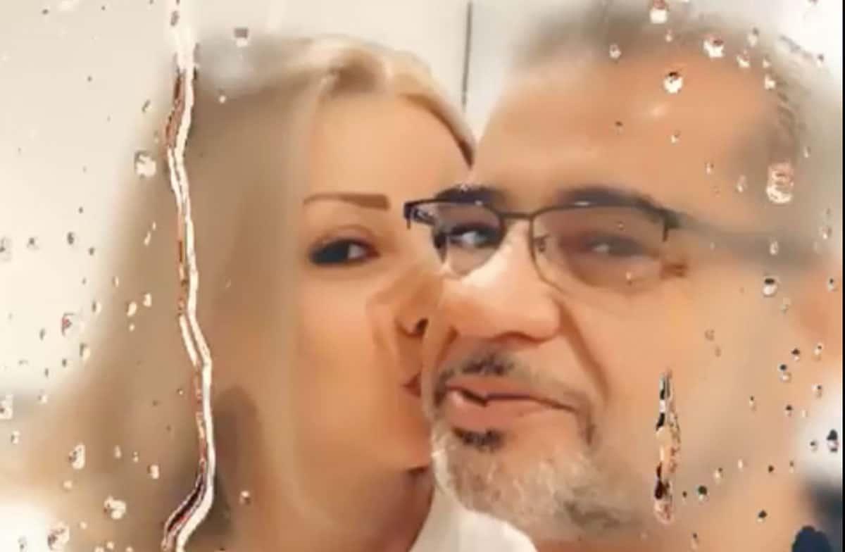 زوجة مصطفى الآغا تقبله وتثير ضجة
