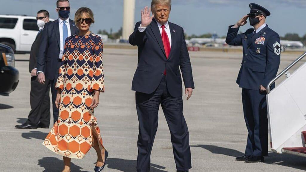 شاهد كيف أحرجت ميلانيا ترامب زوجها في أول صورة لهما خارج البيت الأبيض!