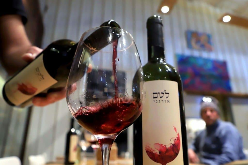 شاهد الفضيحة .. الإماراتيون يسكرون من نبيذ المستوطنات الإسرائيلية!