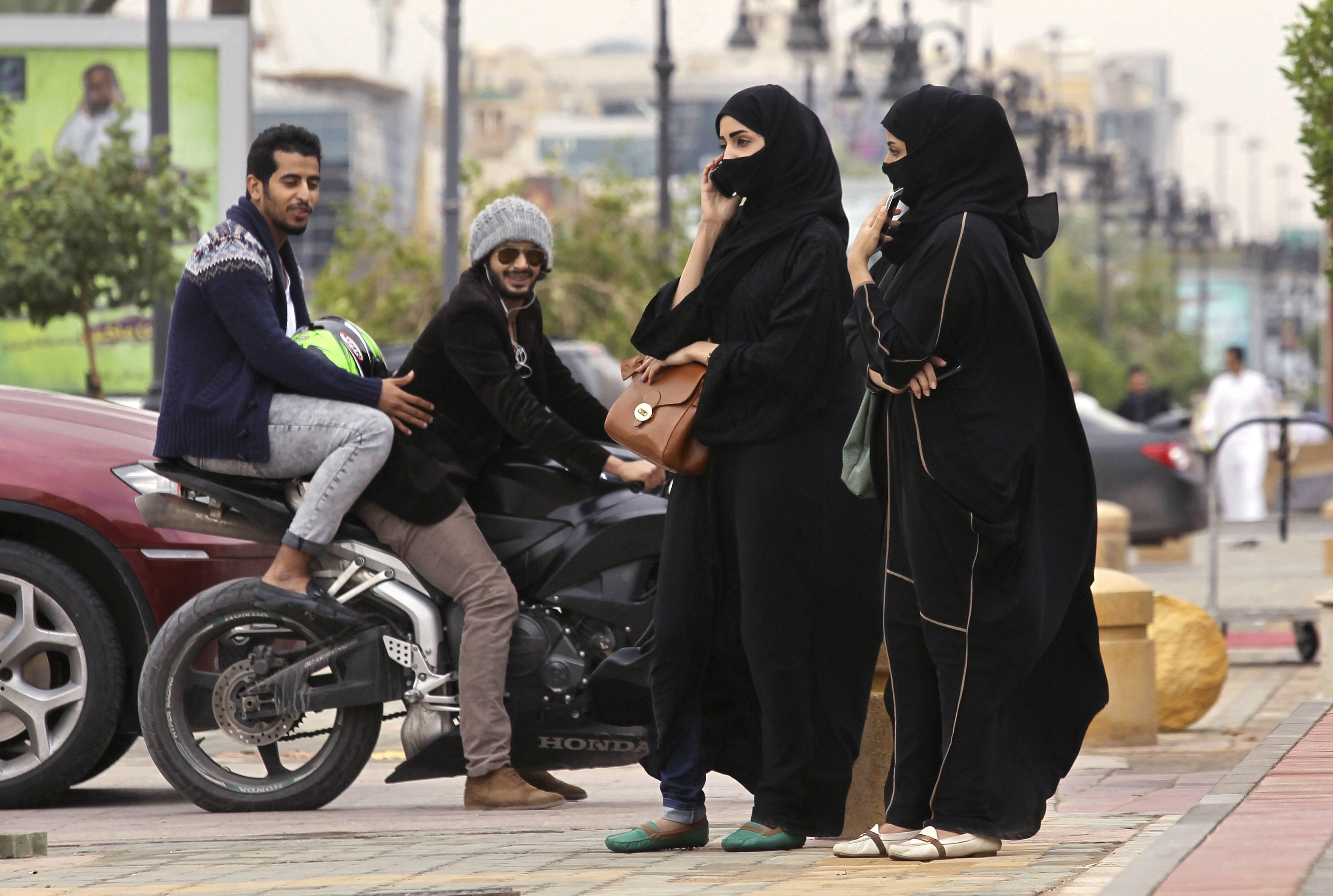 تجمهر شبان بشكل همجي على فتاة تقود دراجتها في السعودية