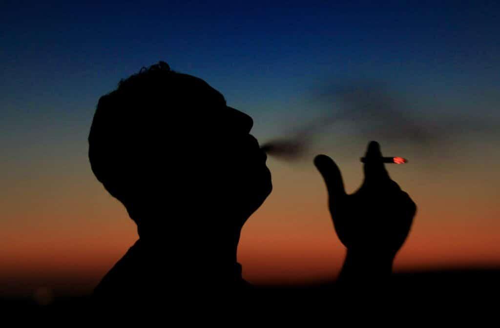 """مسؤول مصري يصدم العالم بتصريحاته: التدخين حلال ويقضي على """"كورونا"""""""