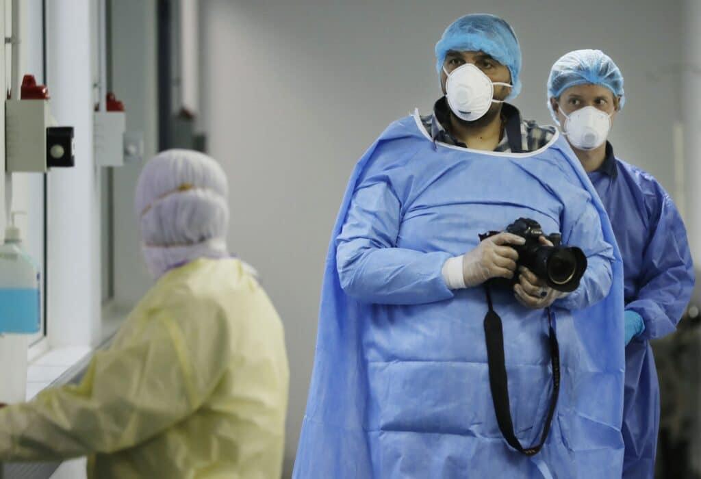 """""""شاهد"""" تمثيلية التطعيم في لبنان تثير ضجة واسعة وهذا ما فعله طبيب مشهور"""