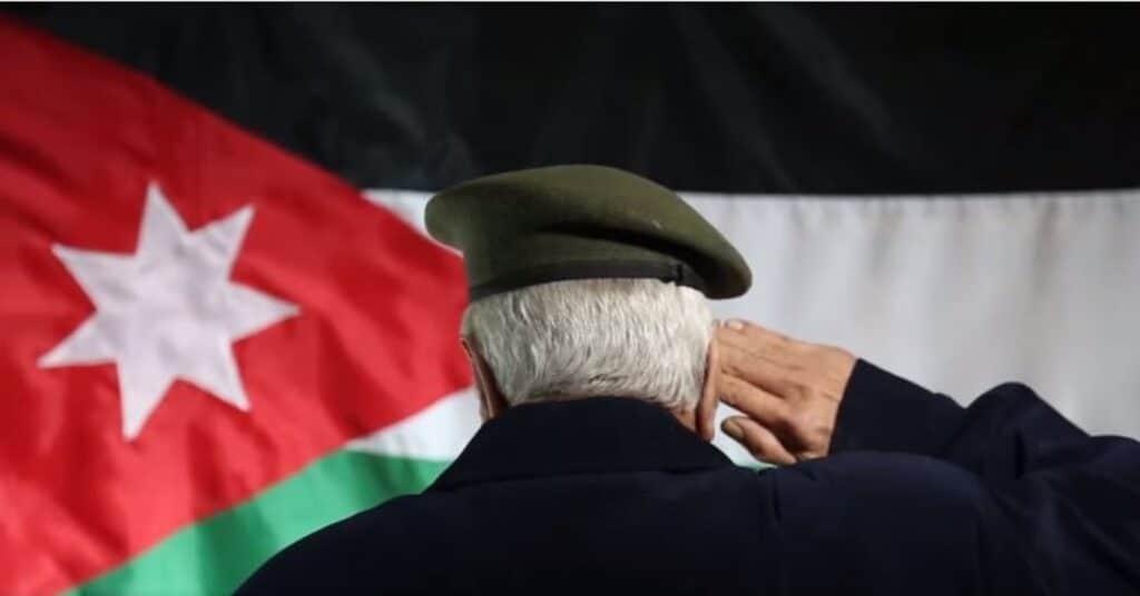 شاهد المذيع محمود الحويان يفجر غضب الأردنيين بما فعله على الهواء مع متقاعد عسكري