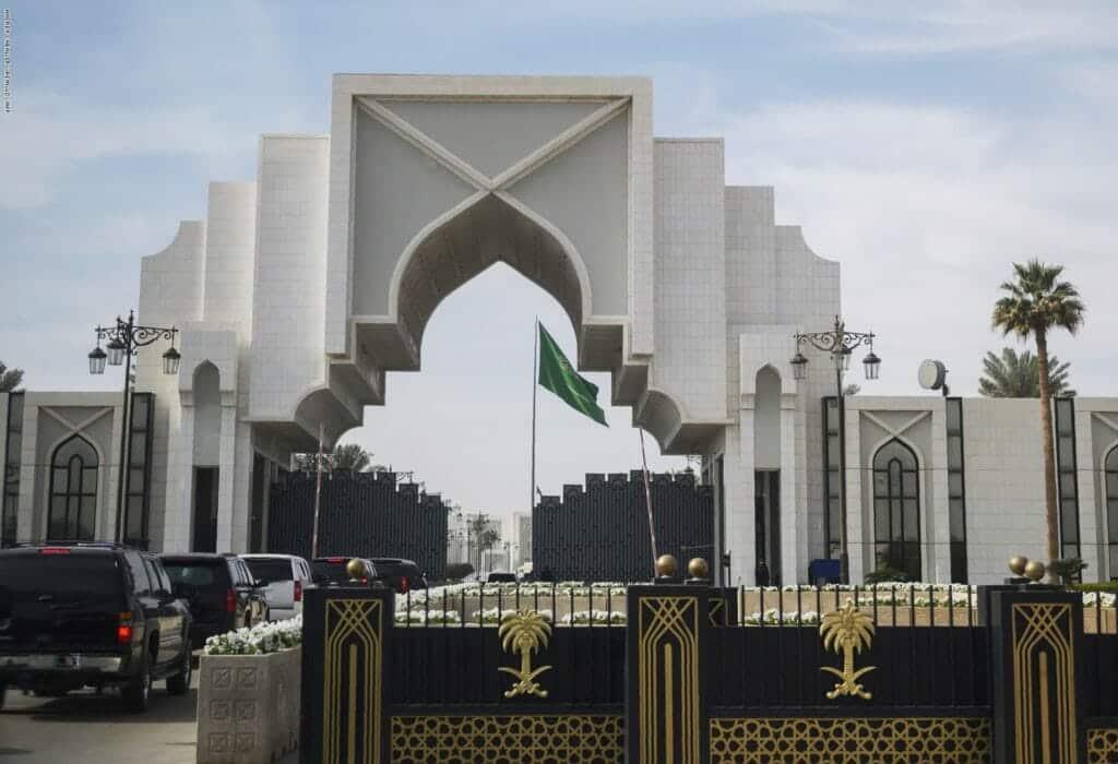 صحيفة تكشف تفاصيل قصف الديوان الملكي السعودي.. طائرة مفخخة ضربته واربكت الرياض