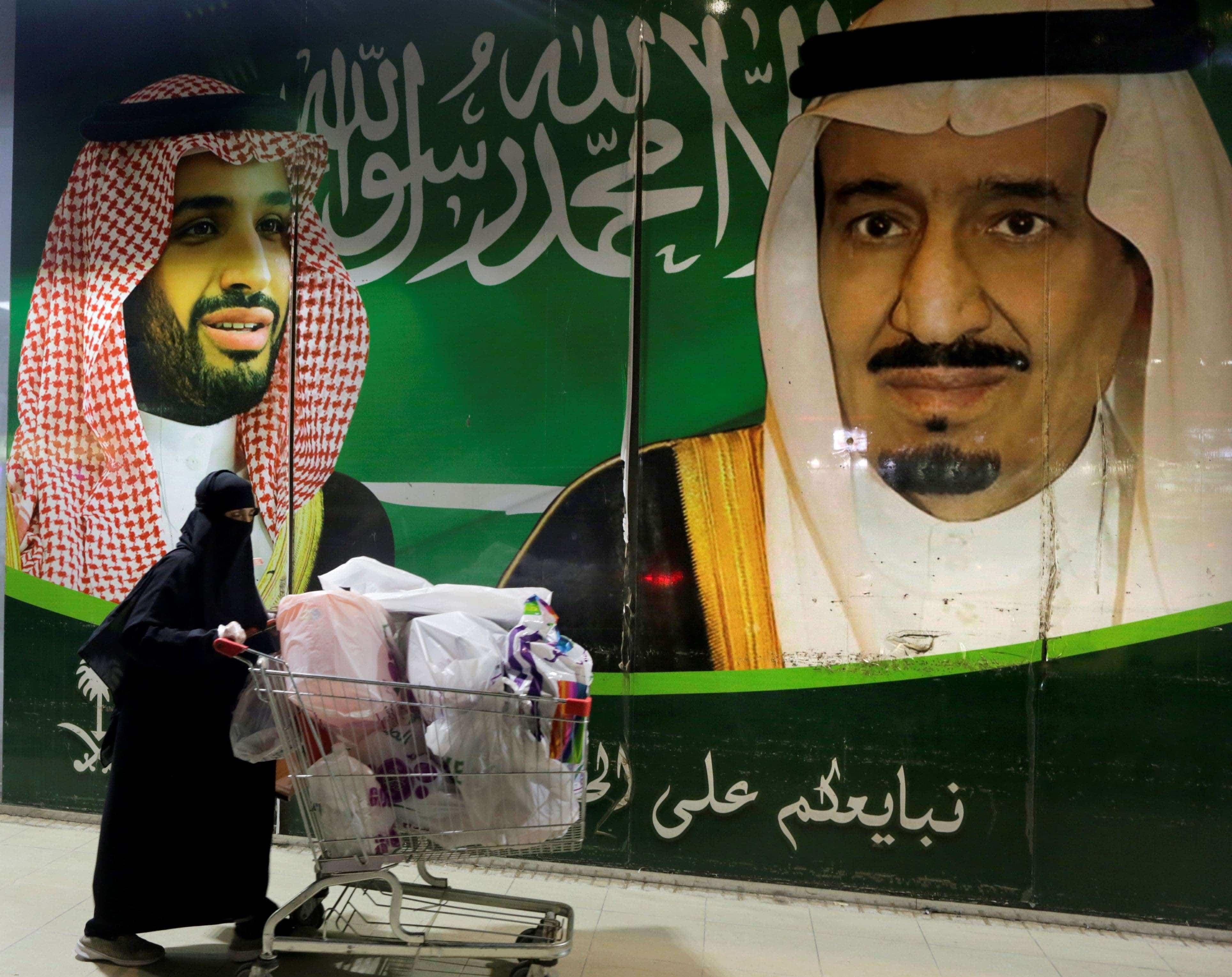سعوديون ينفجرون في وجه ابن سلمان بسبب الرواتب