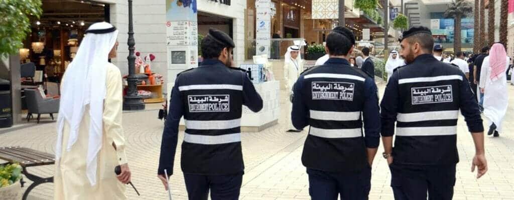 معركة بالسيوف ودماء .. هكذا انتقم شاب في الكويت لشقيقته حينما رأى شابين يتحرشان بها