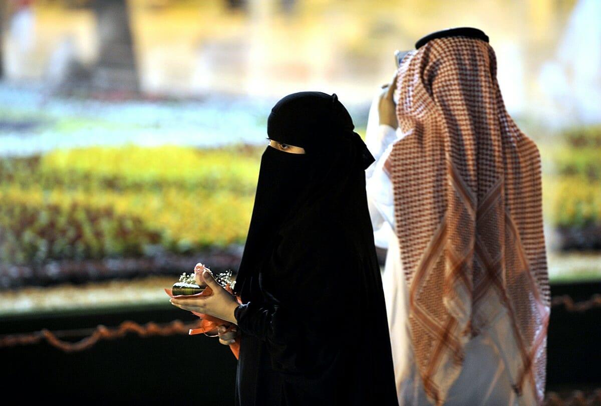 حفل عشاء يقود سعودية إلى اكتشاف خيانة زوجها في جدة!