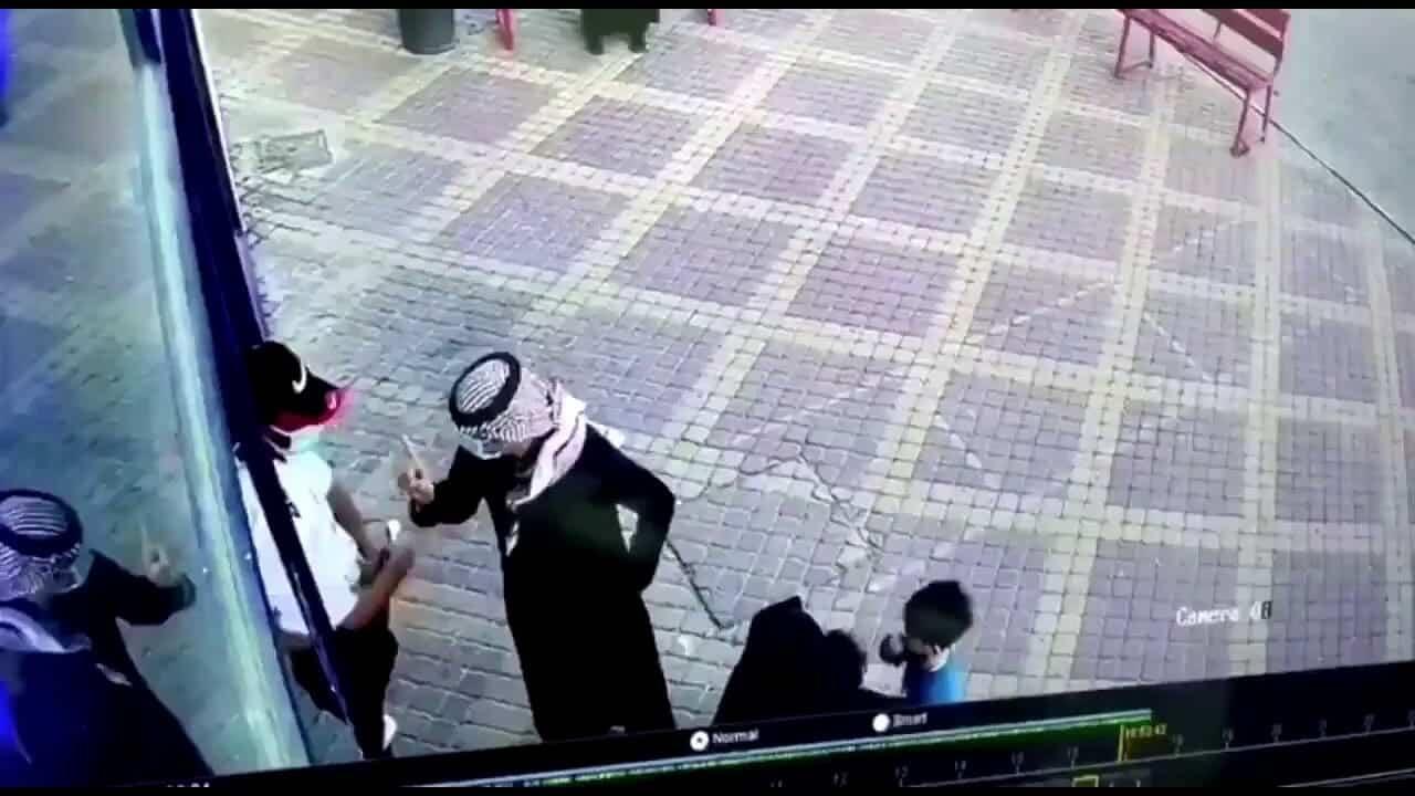 """شاهد سعودي يعتدي على موظف أمن بسبب تطبيق """"توكلنا"""" ويثير ضجة واسعة"""