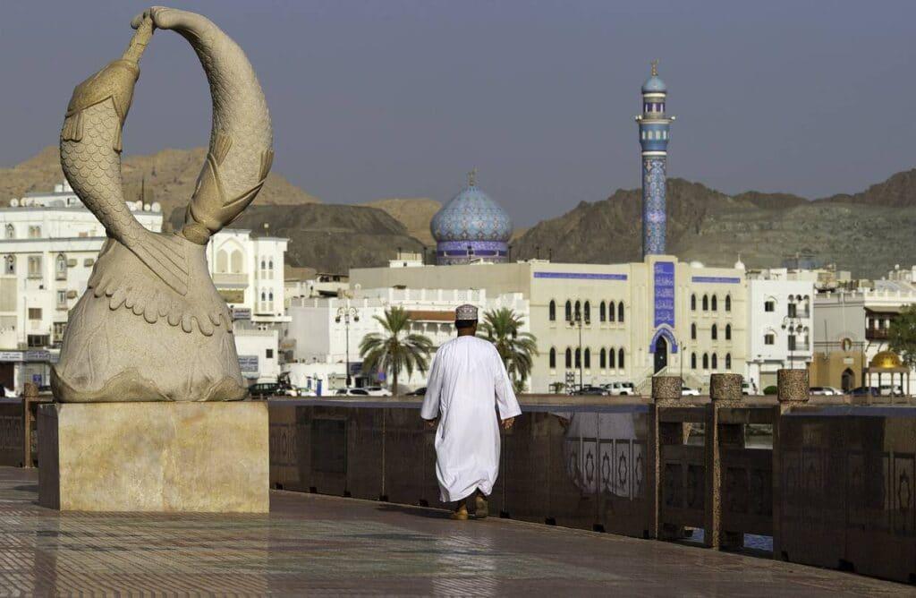 شاهد ما تعرض له موظف عماني بالقطاع العام يفجر موجة غضب وقصته تتصدر بالسلطنة