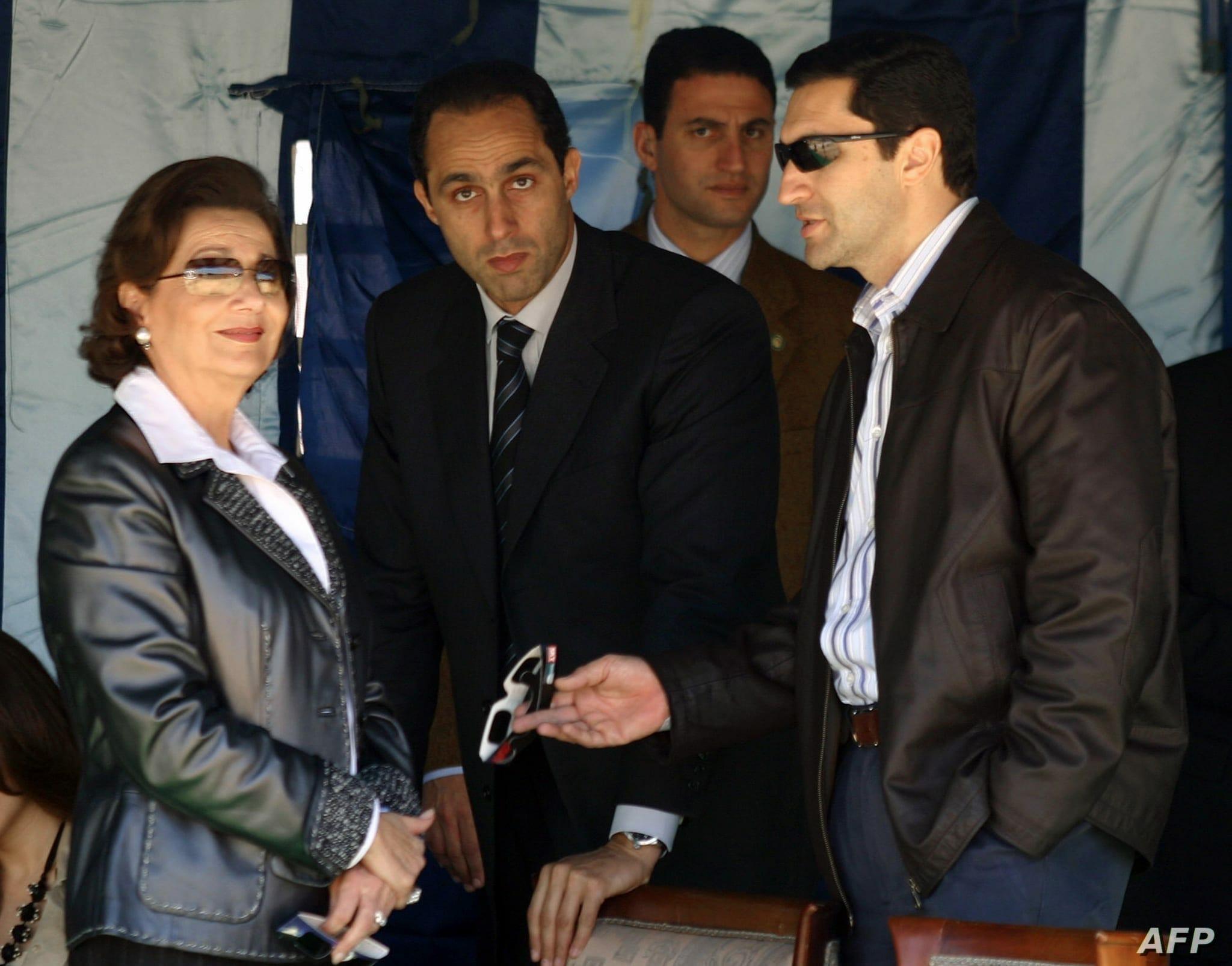 سوزان مبارك مع ابنائهها في مقبرة زوجها الفارهة لإحياء ذكرى وفاته الأولى