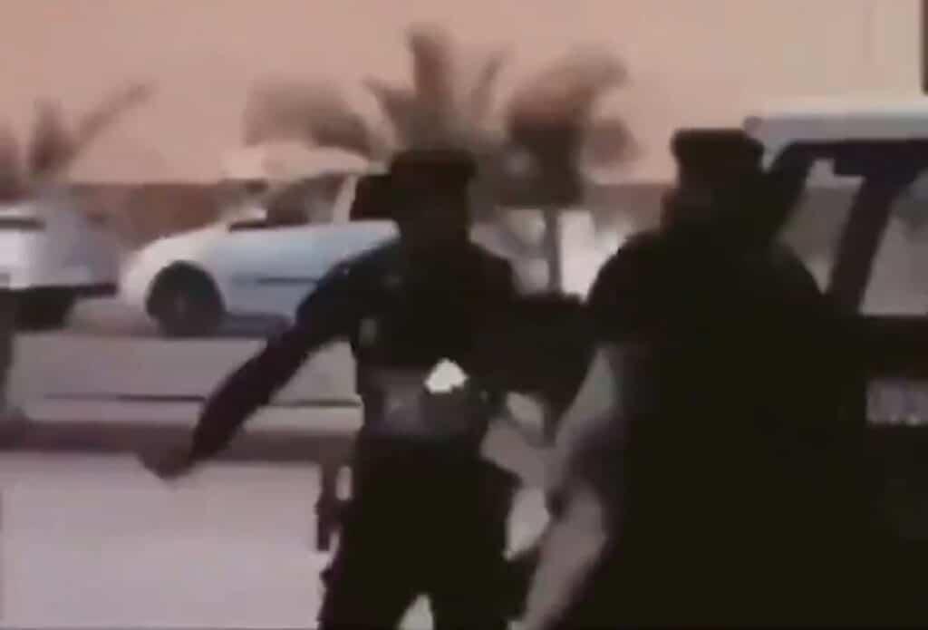 رجال الامن السعوديين يعتدون على شاب ضرب فتاة كفاً على وجهها بعدما صفعته