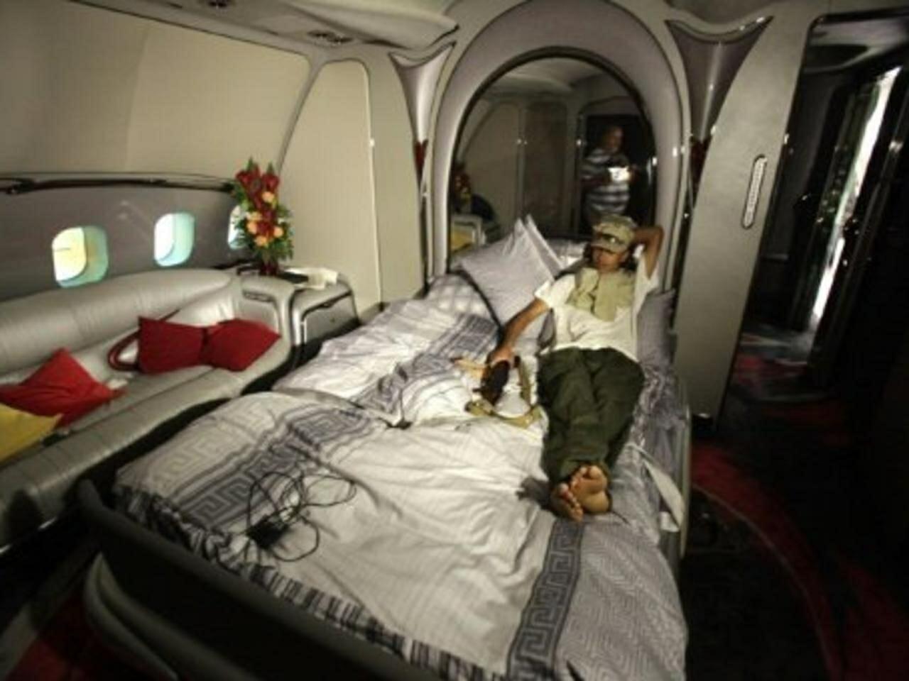 طائرة معمر القذافي تثير جدلاً واسعاً