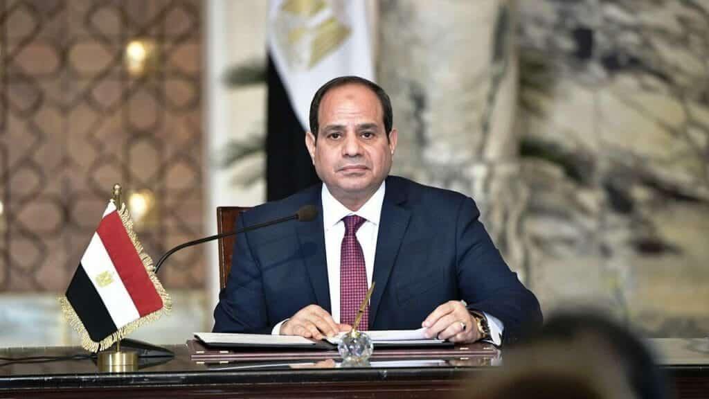 """""""شاهد"""" مواطن مصري وقف في وسط الشارع وحمل هذه اللافتة.. فانتهى به المطاف في المعتقل"""