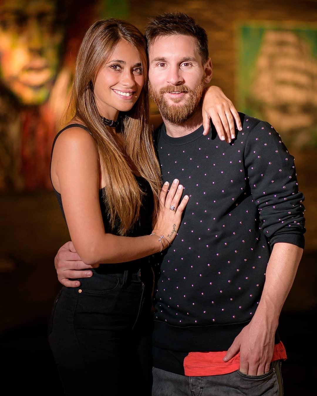 """بالصور: ميسي يهنئ زوجته """"أنتونيلا"""" بعيد ميلادها على طريقته الخاصة"""
