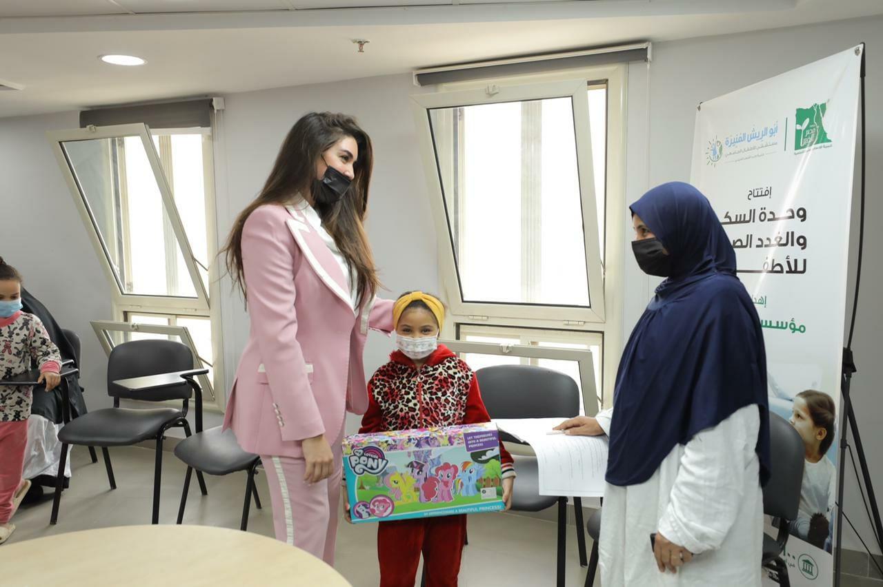 ياسمين صبري خلال زيارتها مستشفى أبو الريش