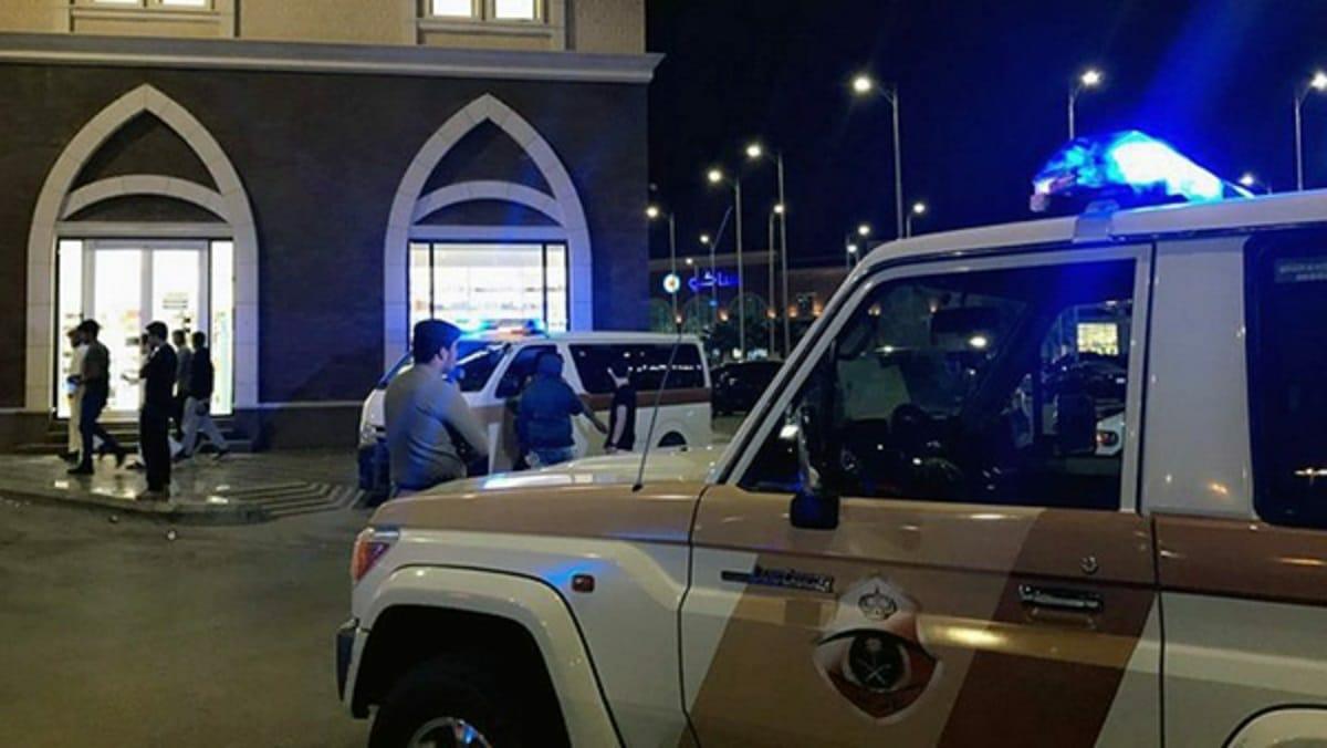 شرطي سعودي يعتدي على شاب