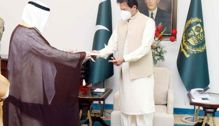 إصابة عمران خان بفيروس كورونا جاءت بعد يوم من لقائه وزير الخارجية الكويتي والوفد المرافق