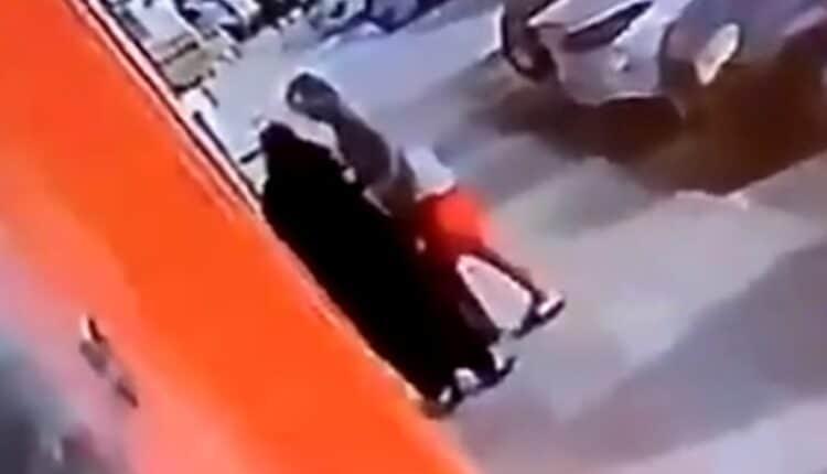 التحرش بامرأة مسنة في جدة يثير غضب السعوديين