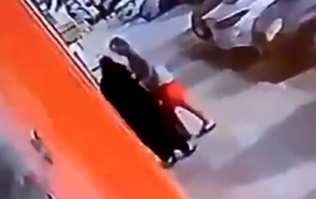 التحرش بامرأة مسنة في جدة يفجر غضباً عارماً .. فعلها المتحرش في وضح النهار وأمام الكاميرات!