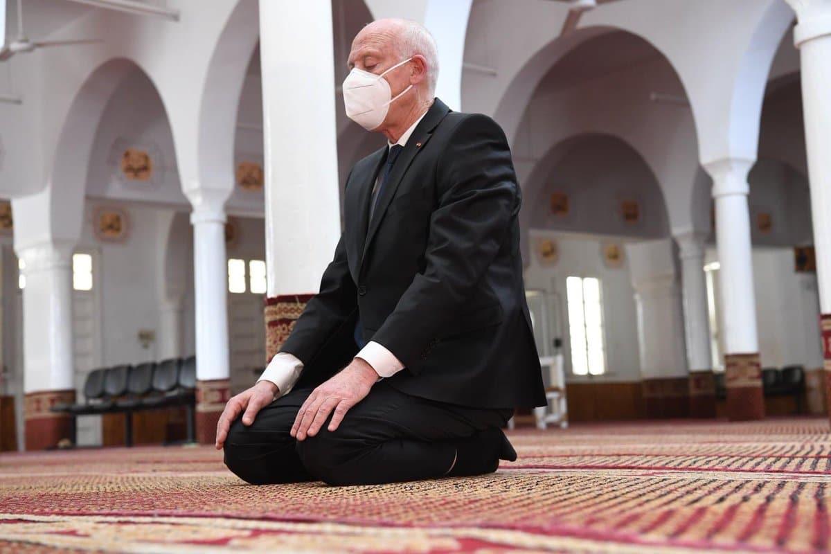 رئيس تونس قيس سعيد يصلي في مسقط رأس راشد الغنوشي