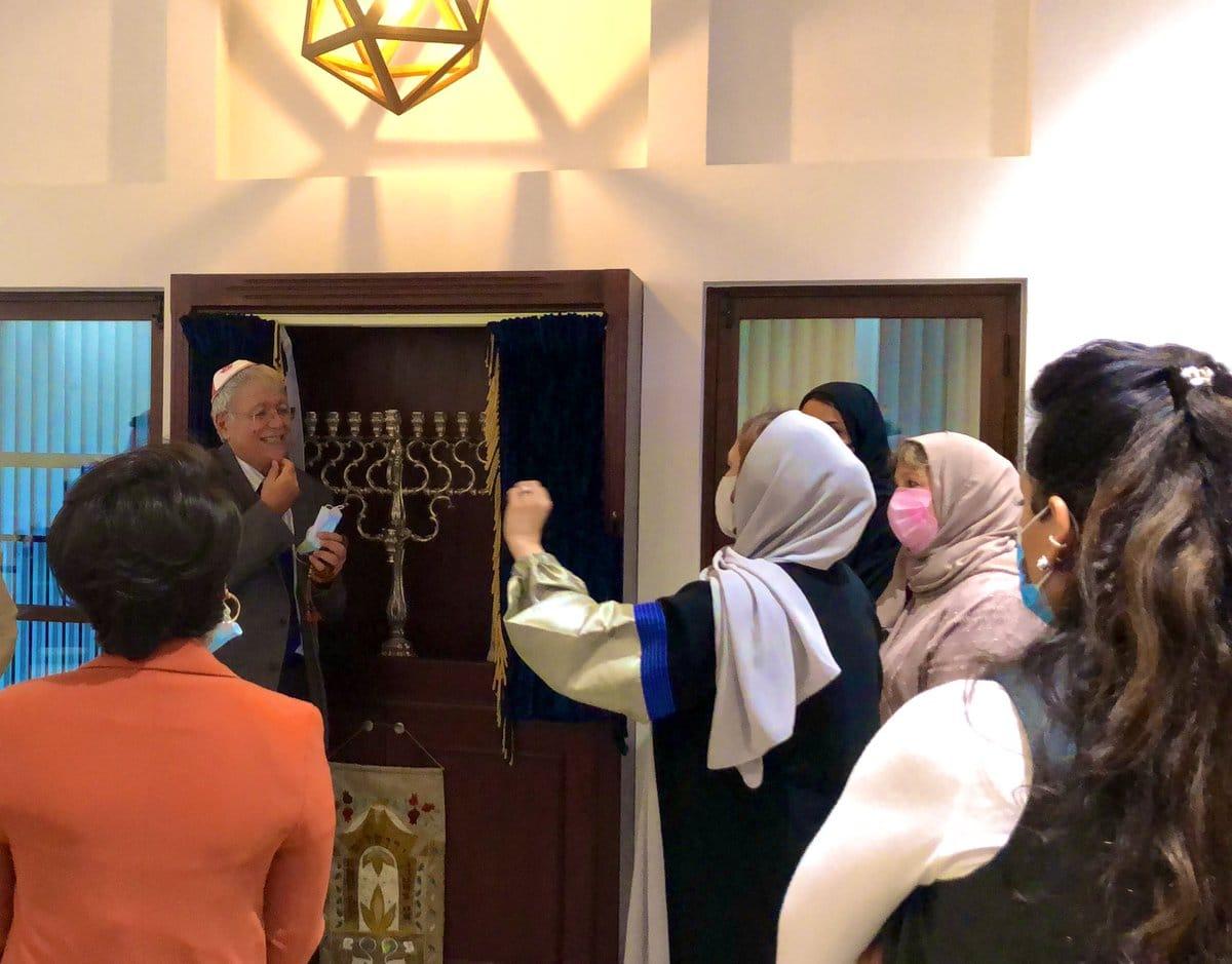 بحرينية تصلي في كنيس