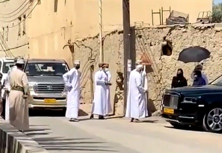 زوجة السلطان هيثم تستمع للمواطنين في الشارع