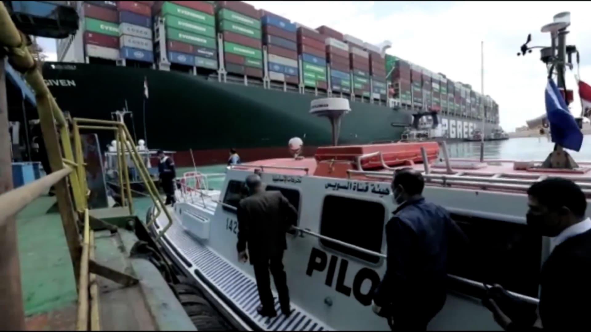 هل أصابت مصر لعنة الفراعنة.. السيسي يطلب الاستعداد لتخفيف حمولة السفينة العالقة بقناة السويس