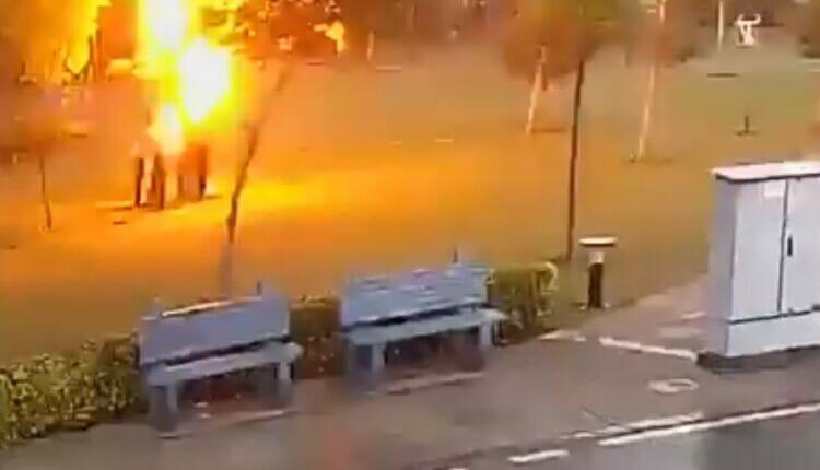 ضربة برق تصيب 4 رجال كانوا يحتمون من المطر تحت شجرة