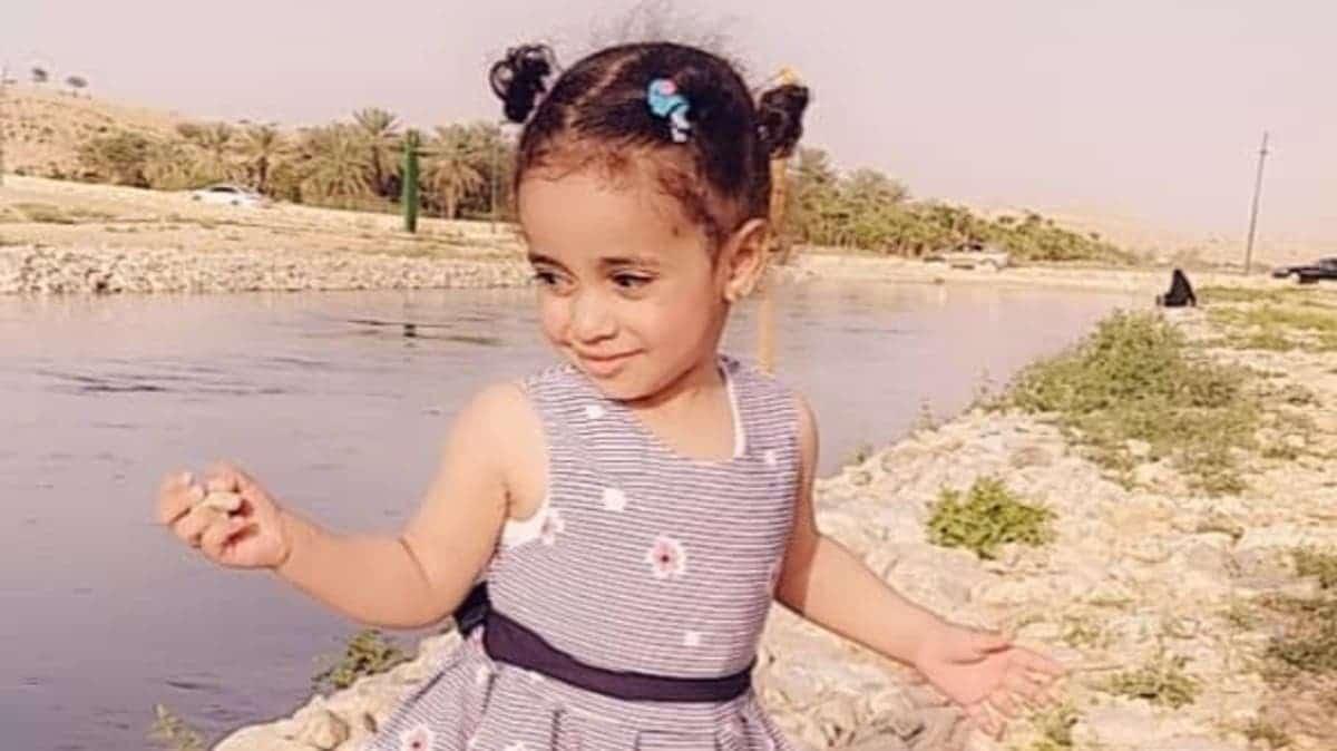 ابتسمت لوالدتها والكلاب تنهش جسدها.. وفاة طفلة تشعل السعودية غضباً
