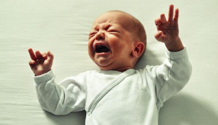 اب أردني يعذب رضيعه بوحشية يثير الغضب