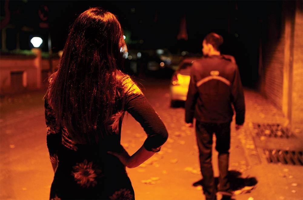 القبض على عصابة نسائية من 8 نساء أفريقيات يستدرجن العمانيين بصور فاضحة