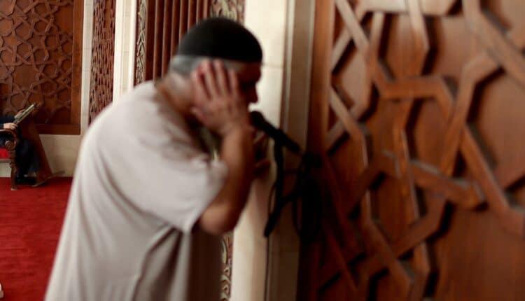 شاب يمني يقتل مؤذن المسجد بعد صلاة الفجر طعناً وبإلقاء حجارة على رأسه
