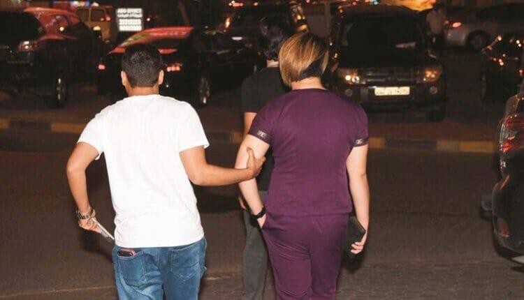 الأمن الكويتي القى القبض على متشبهين بالجنس الآخر وضبط بحوزتهما ادوات اباحية