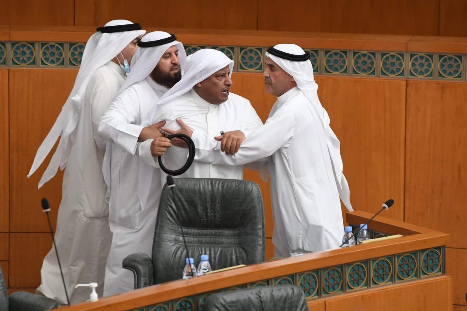 """""""جلسة القسم"""" بمجلس الأمة الكويتي تحولت إلى """"معركة"""" حامية الوطيس في مشهد صادم!"""
