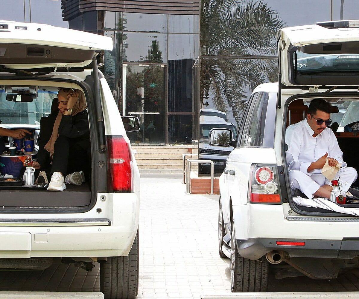 كويتيون يتحدون الحظر