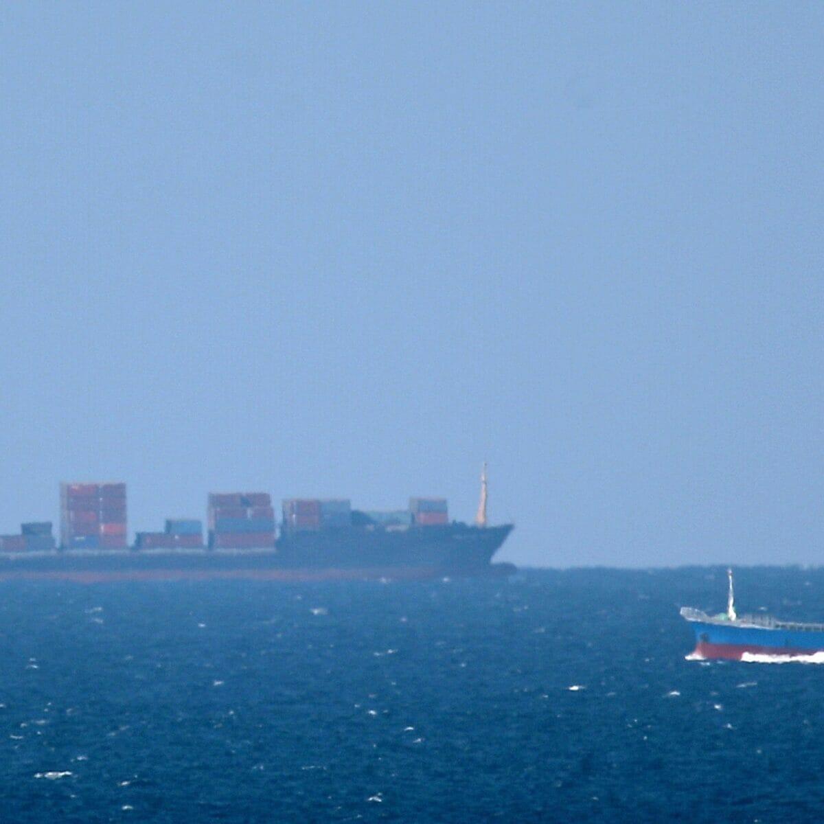 سفينة اسرائيلية تتعرض لصاروخ