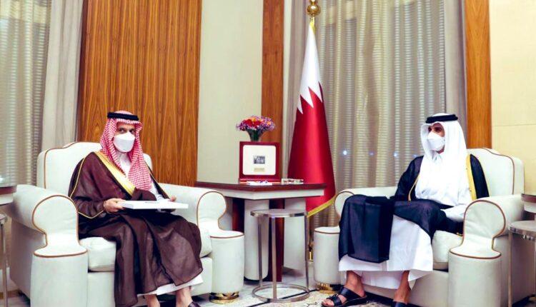 أمير قطر يستقبل وزير خارجية السعودية
