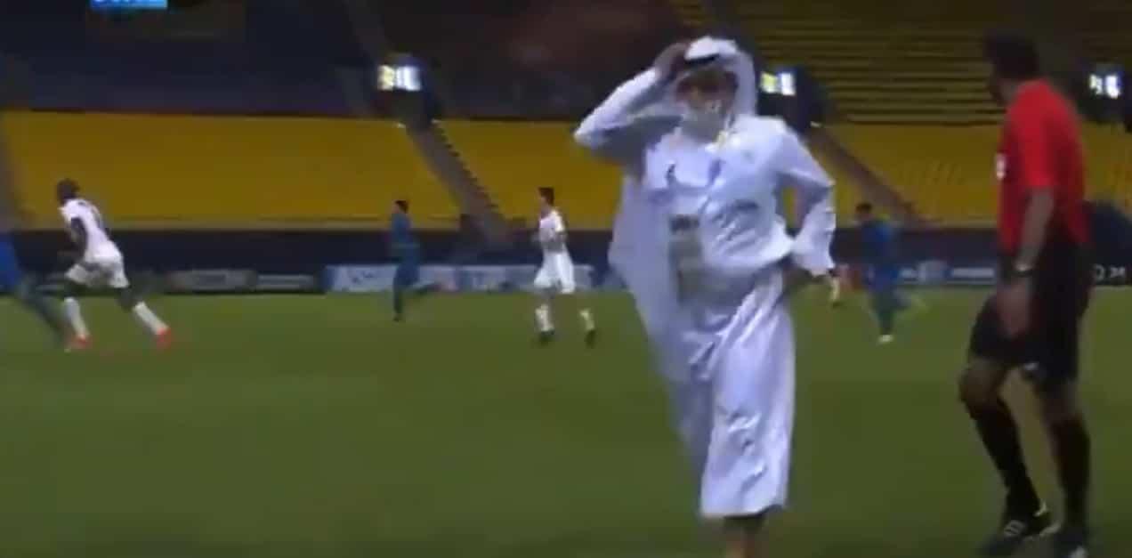 شاهد لماذا اقتحم إداري بنادي السد القطري الملعب في مباراة فريقه مع النصر السعودي!