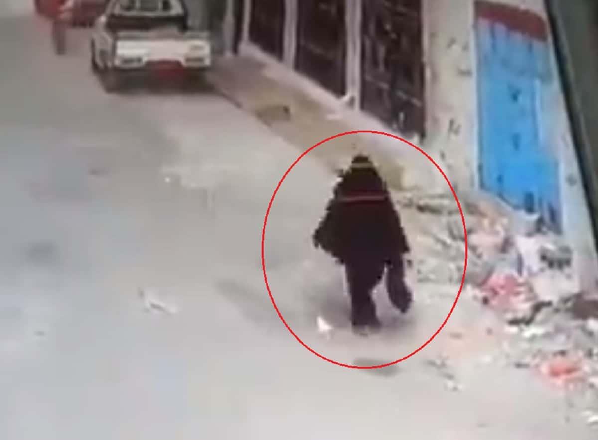 شاهد كيف كسّر يمنيان جسد والدتهما وسط الشارع في نهار رمضان والسبب صادم!
