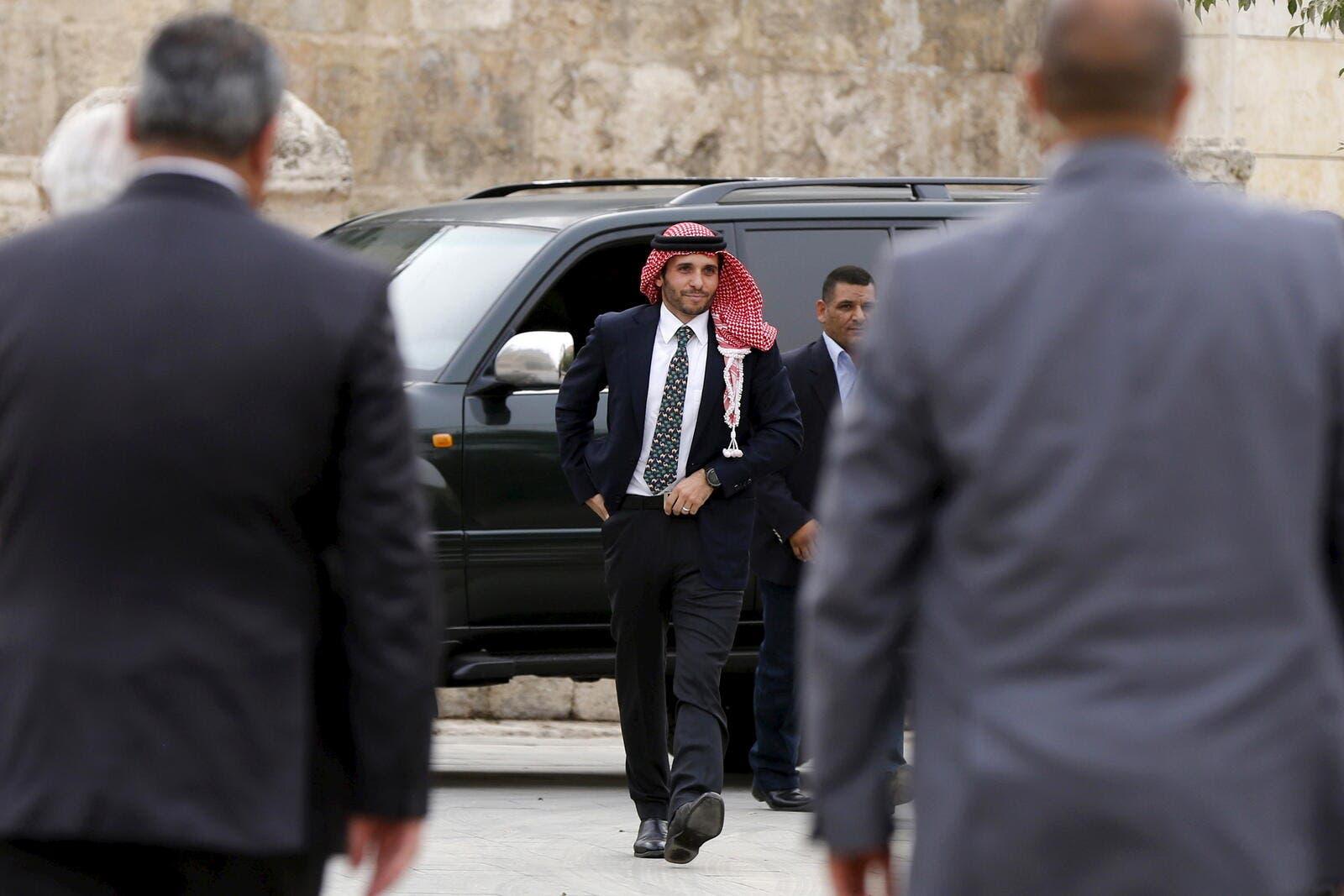 """""""أمير القلوب"""".. ليبراسيون: اتهامات ملك الأردن لأخيه ضاعفت شعبية الأمير حمزة الكبيرة أصلا"""