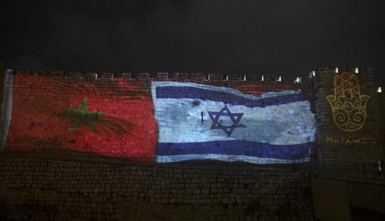 علم المغرب وإسرائيل في القدس المحتلة