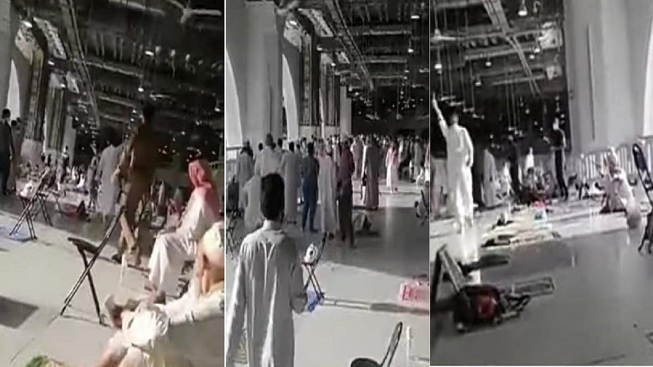 """""""شاهد"""" سعودي يثير الرعب بالحرم المكي.. هتف """"تعيش الدولة الاسلامية"""" وهرب منه المصلين"""