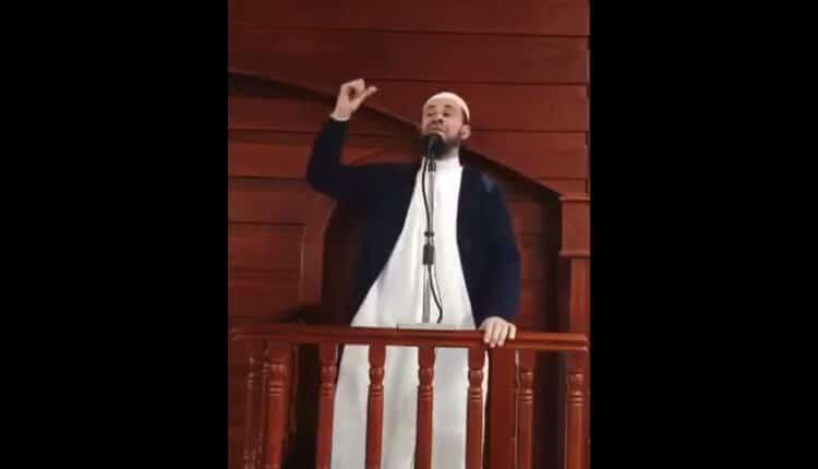 الشيخ ياسين لوراري خطيب وإمام مسجد التوبة بالجزائر