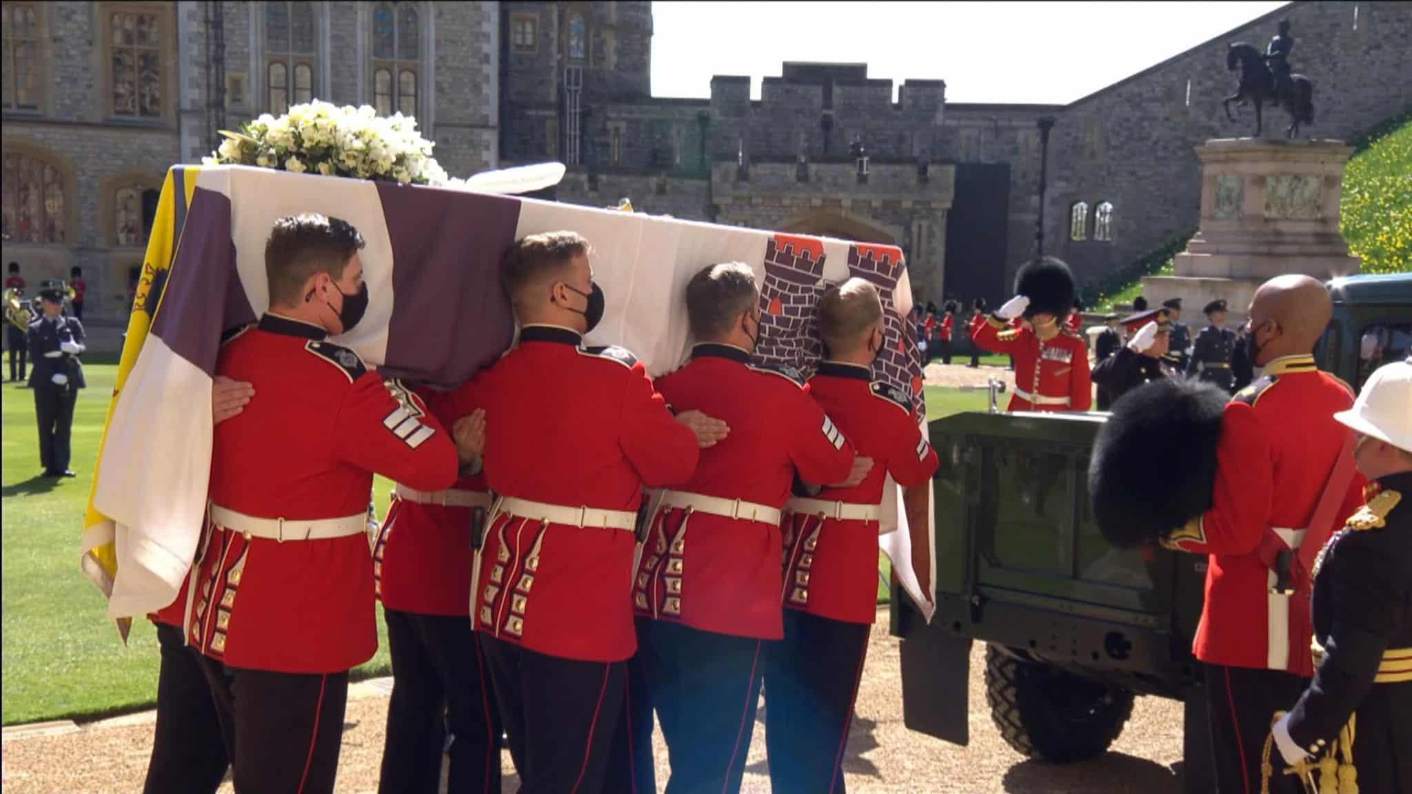 """""""شاهد"""" امرأة عارية الصدر تقتحم جنازة الأمير فيليب لتوصل هذه الرسالة!"""