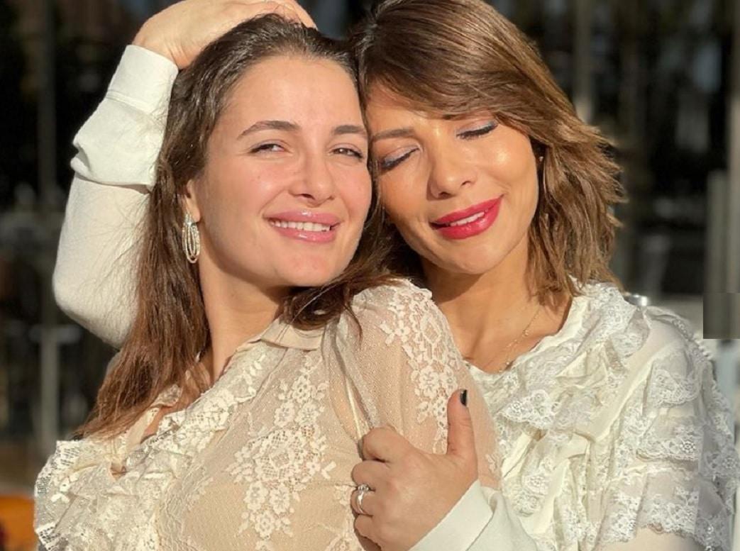 بالأحضان والقبلات .. شام الذهبي تعلن خطوبتها للمرة الثالثة تزامناً مع زواج والدتها!