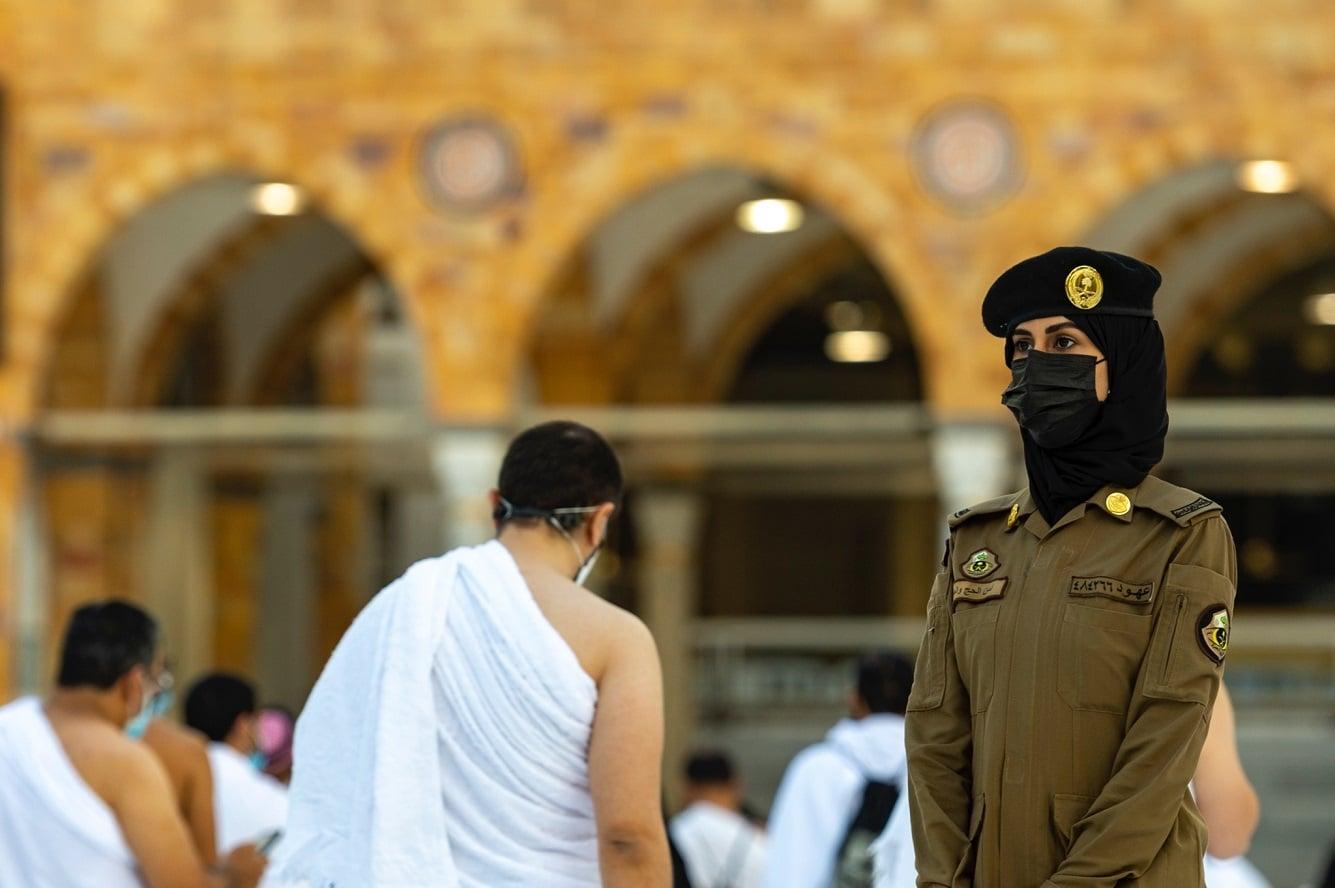 إسرائيل تعلّق على ظهور شرطية سعودية في الحرم بينما يؤدي المعتمرون مناسكهم