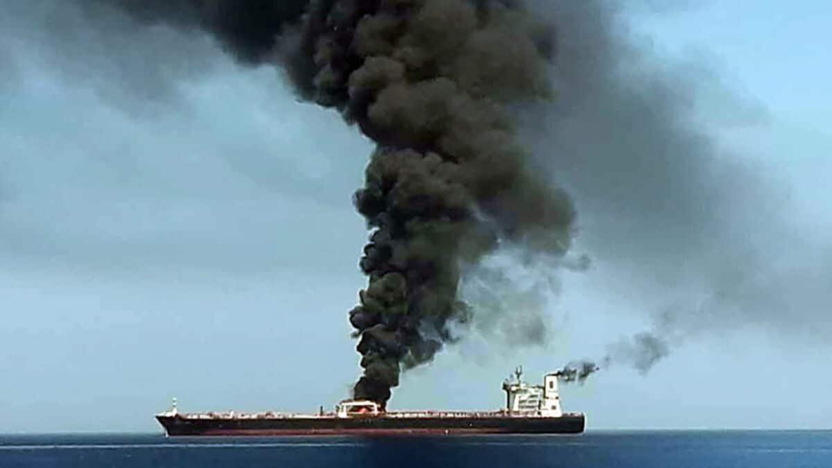 صاورخ يستهدف سفينة اسرائيلية