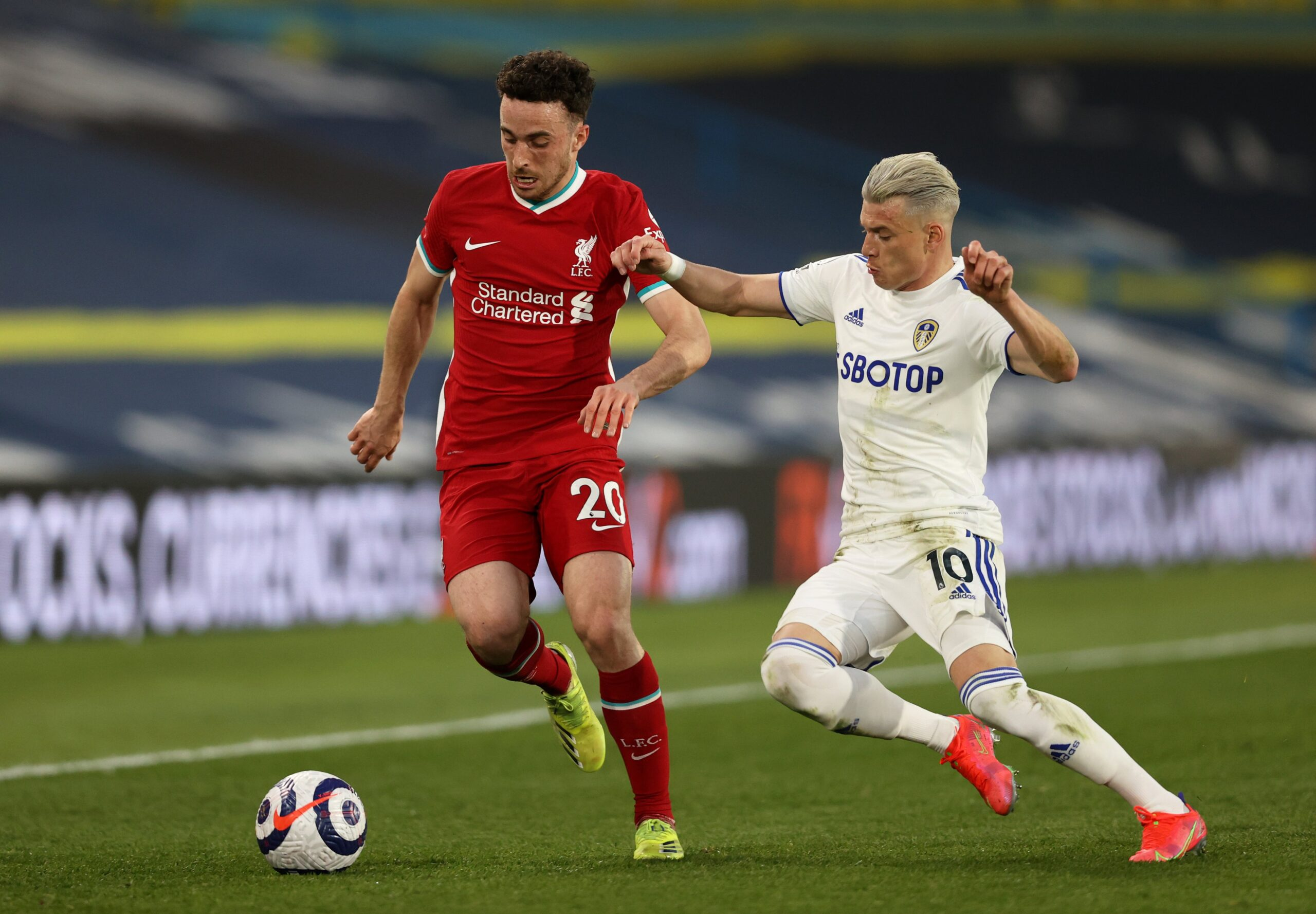 """""""شاهد"""" ليفربول يتعثر من جديد أمام ليدز يونايتد ويفقد الصعود بالدوري الممتاز"""