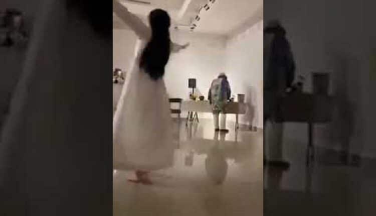 فتاة سعودية ترقص في مركز الفن التشكيلي