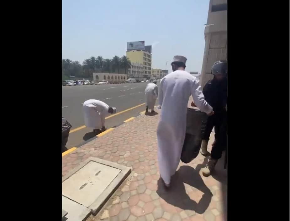 """""""عامل نظافة وشرطي ومواطن يداً واحدة"""".. مشهد يلفت الأنظار من قلب احتجاجات صحار"""